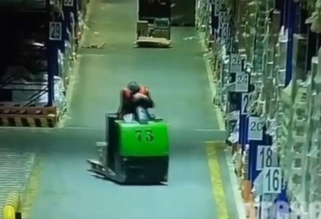 Мужчина едет по торговому залу