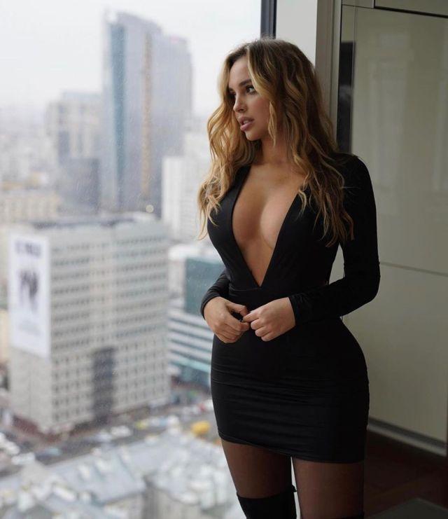 Вероника Белик в черном платье