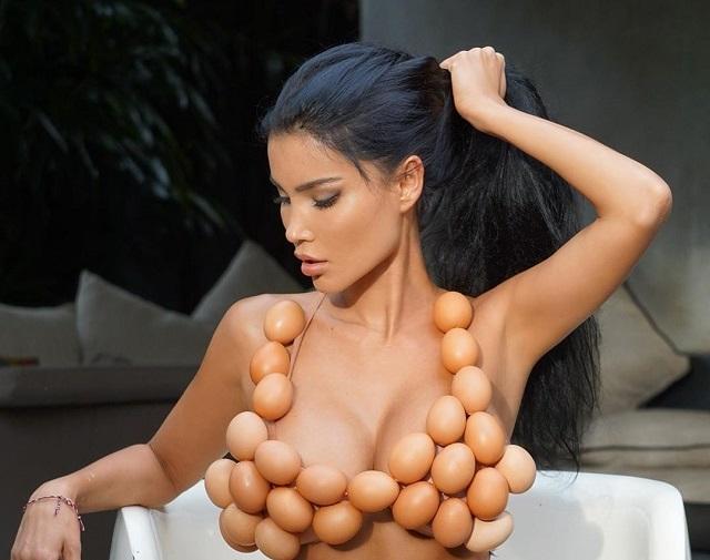 Света Билялова в купальнике из яиц