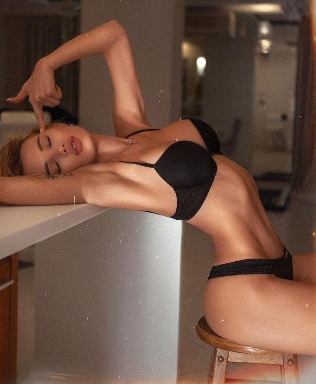 Оля Абрамович в черном купальнике