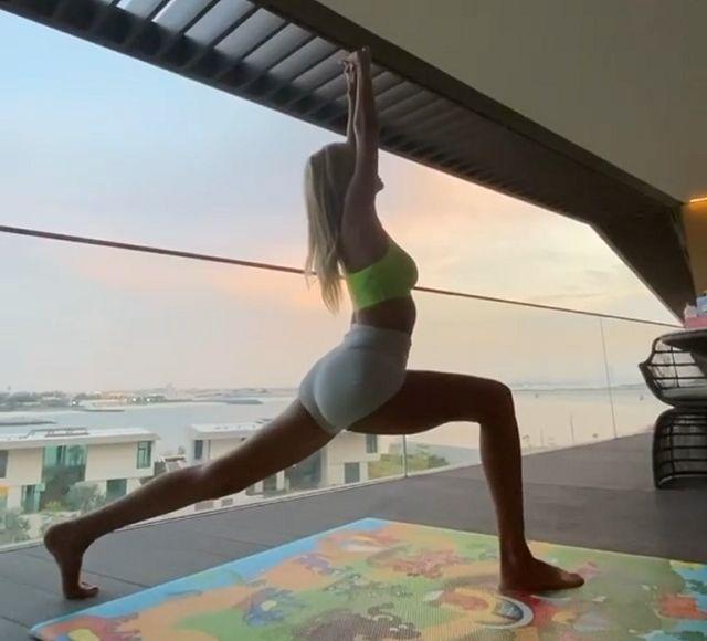 Виктория Лопырева занимается йогой на балконе