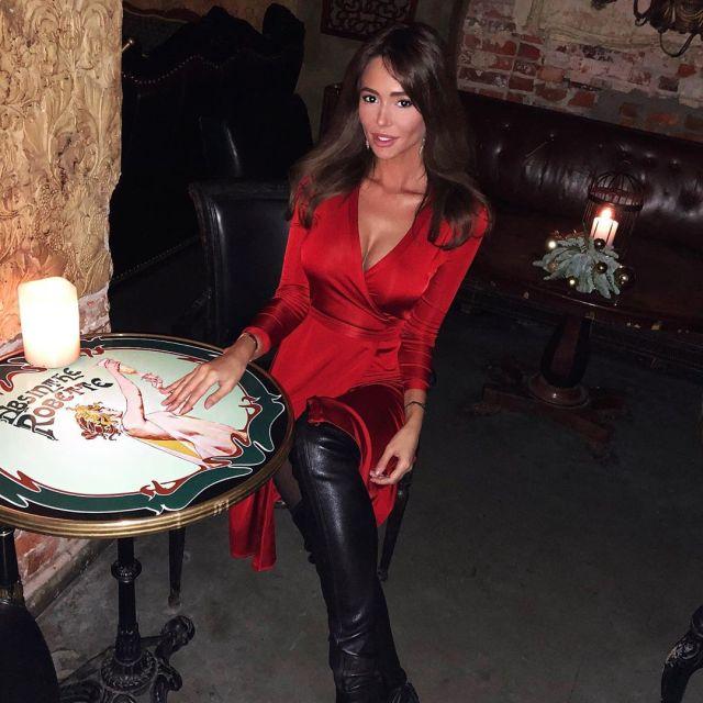 Яна Сухова в красном платье