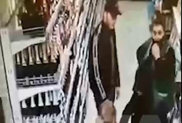 """Люди в масках воруют водку из магазина """"Магнолия"""""""