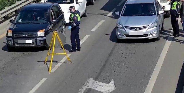Автомобили стоят перед постом в Краснодаре