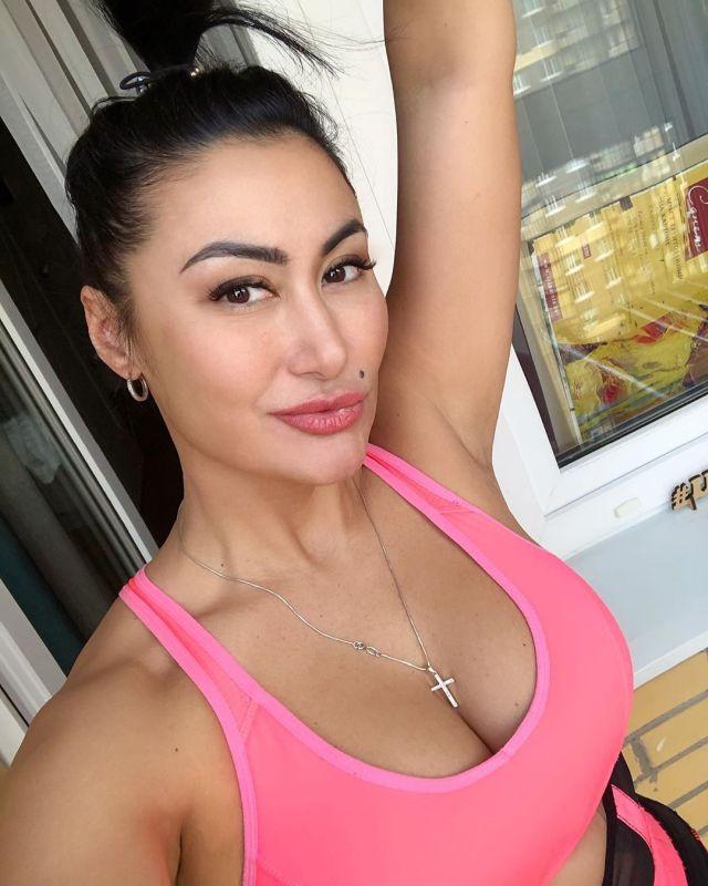 Ирина Ирис в розовом топе