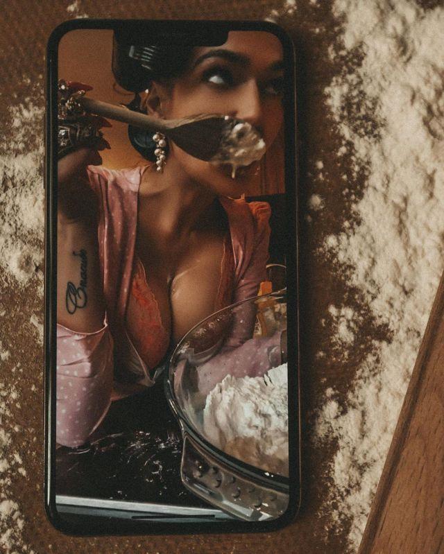 Алена Водонаева устроила горячую фотосессию по FaceTime