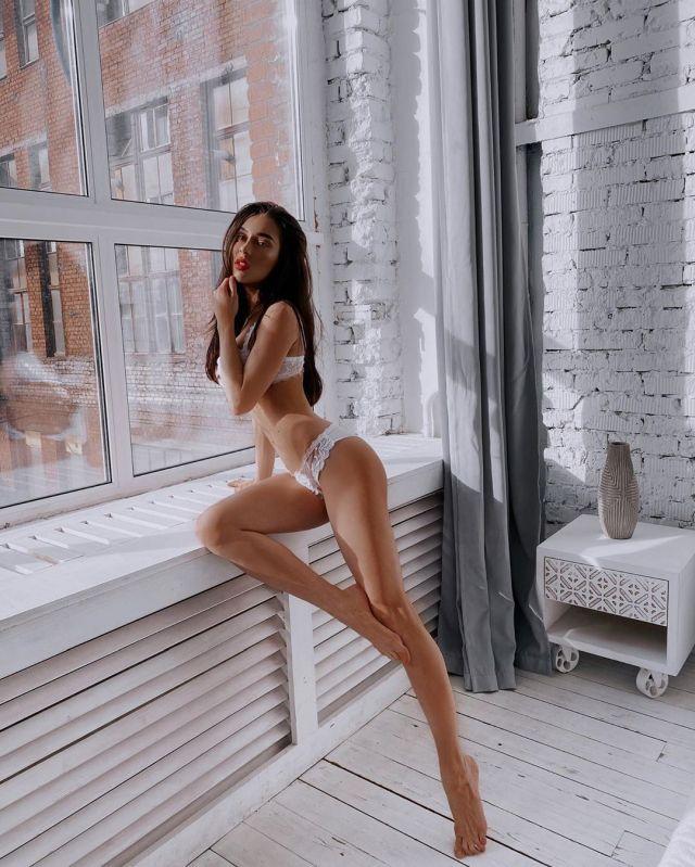 Яна Яцковская не может выбрать комплект нижнего белья