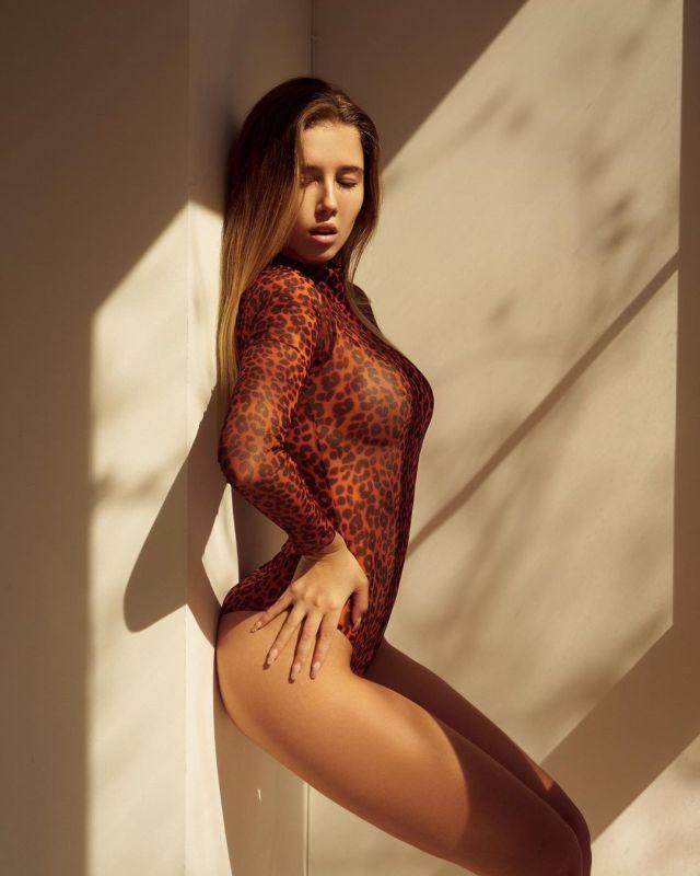 Полина Малиновская в леопардовом купальнике