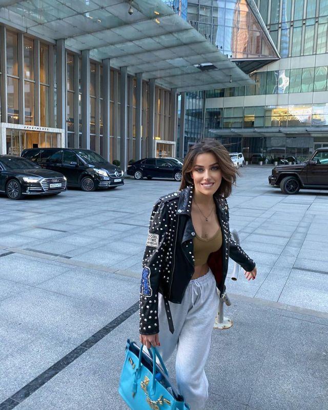 Миранда Шелия гуляет по Москве, несмотря на карантин