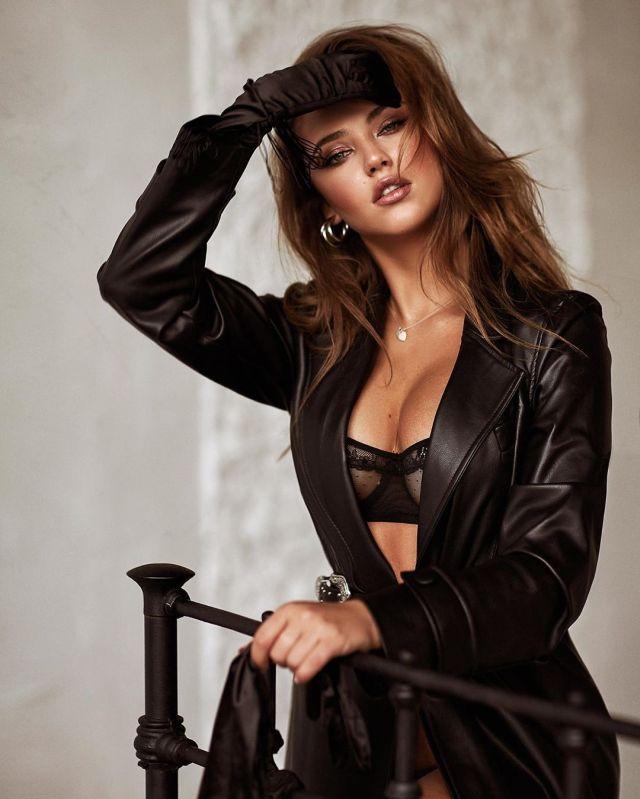 Криста Крайт в черном бюстгальтере