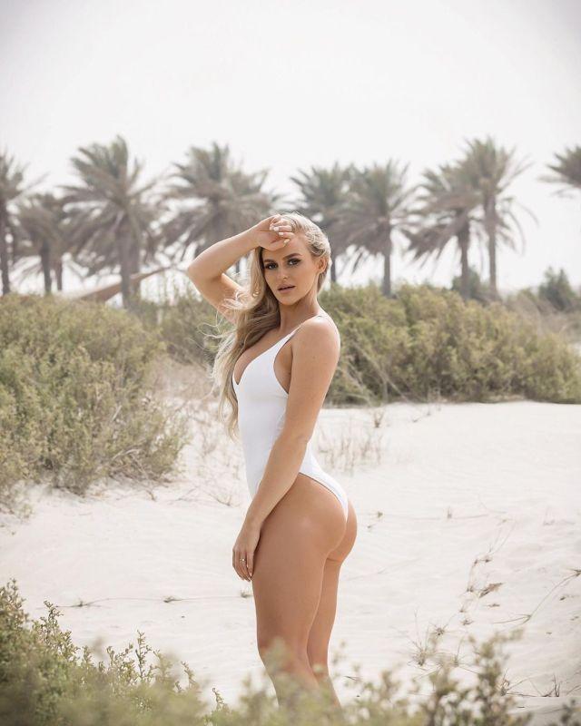 Анна Нистром в белоснежном купальнике на фоне пальм