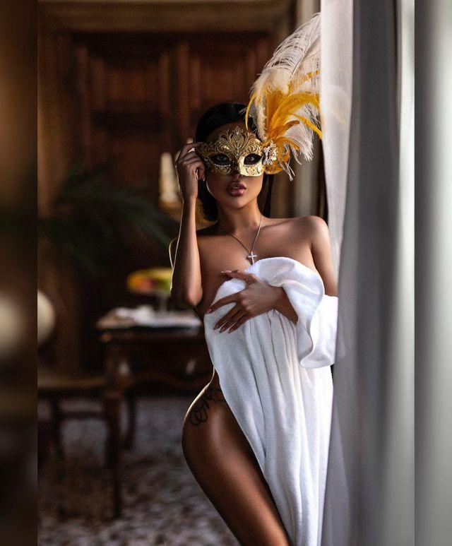 Обнаженная Нита Кузьмина в венецианской маске