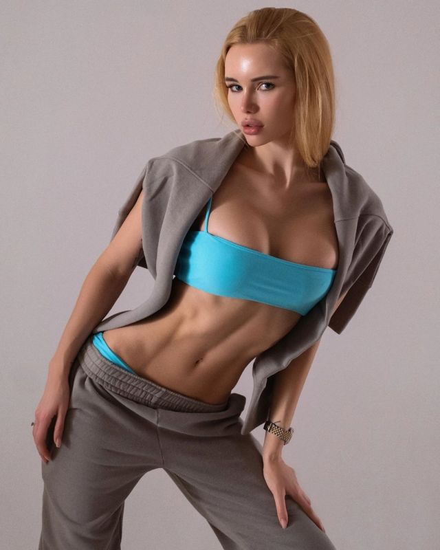 Оля Абрамович в спортивном костюме