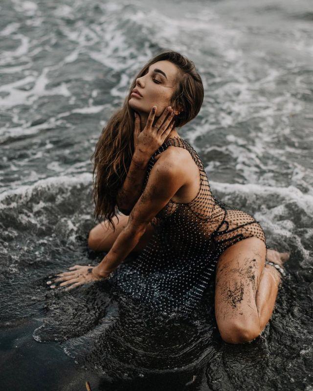 Анюта Рай в чувственной фотосессии на пляже