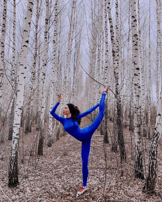 Яна Яцковская демонстрирует гимнастическую гибкость в березовой роще