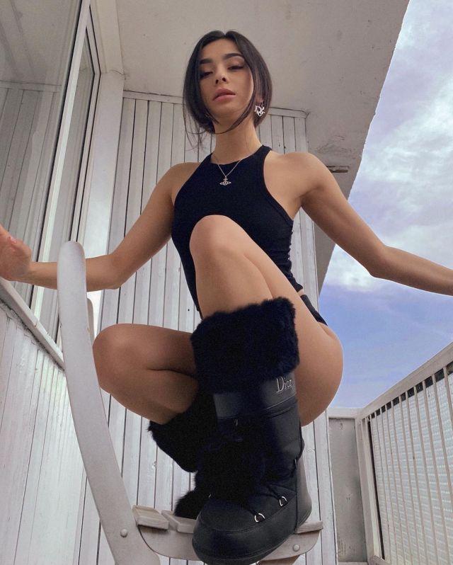 Диана Коркунова в модной фотосессии на балконе