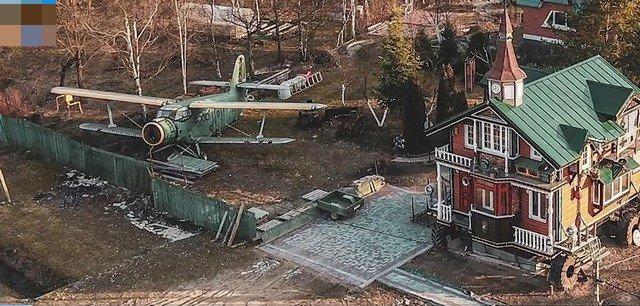 Музей с самолетом и домом на колесах на участке
