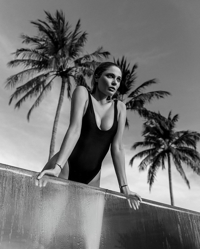 Наталья в черном купальнике