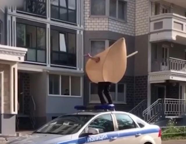 Стоит на полицейской машине