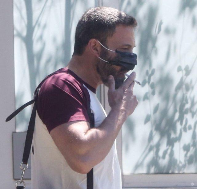 Бен Аффлек курит в маске