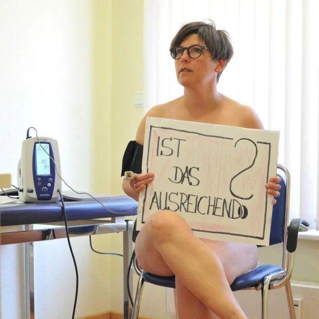 """Немецкие врачи устроили """"голый протест"""" из-за нехватки масок"""