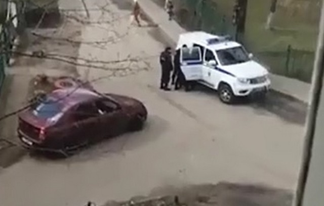 Полиция во дворе Ярославля