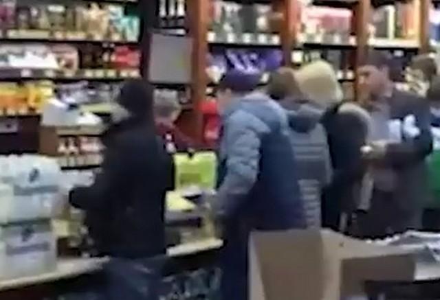 Люди в очереди за продуктами