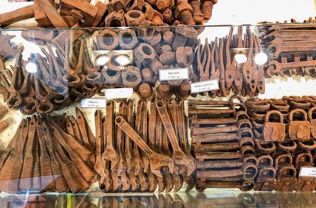Шоколад в форме инструментов