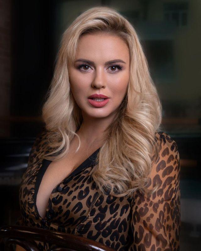 Анна Семенович соблазняет подписчиков откровенным декольте
