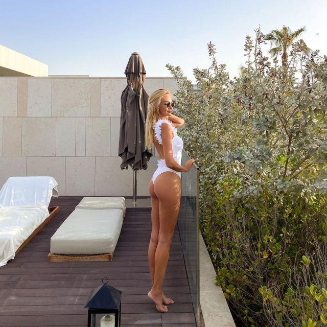 Виктория Лопырева в белом купальнике