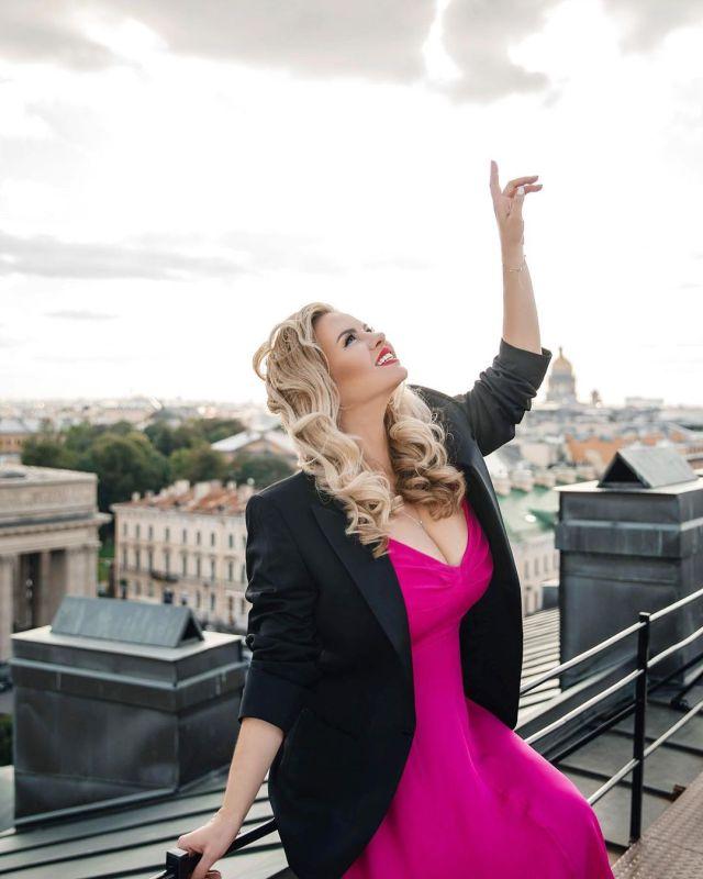 Анна Семенович позирует на крыше