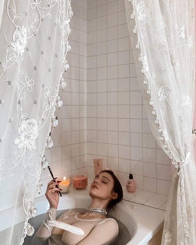 Алена Водонаева приняла участие в горячей онлайн-фотосессии в ванной