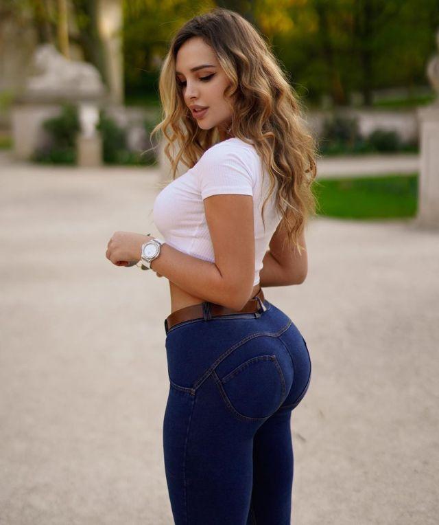 Вероника Белик в обтягивающих джинсах