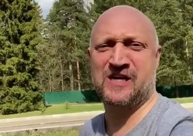 Гоша Куценко на фоне леса