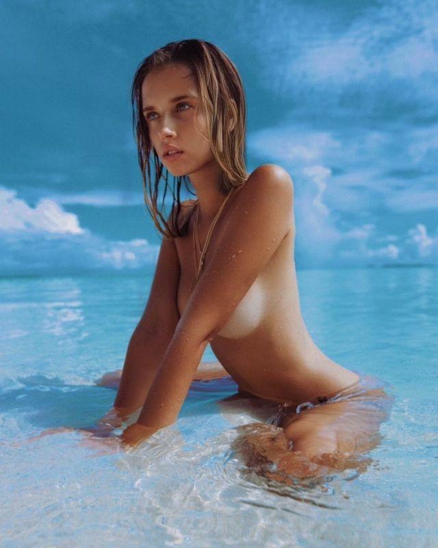 Полина Малиновская позирует топлес в океане
