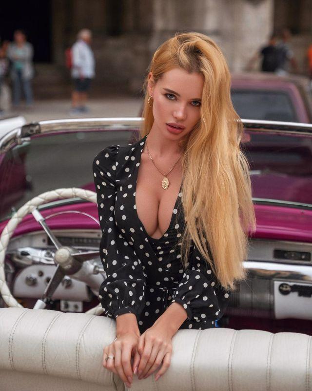 Оля Абрамович в розовом кабриолете