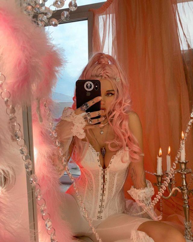 Диана Мелисон устроила эротическую фотосессию перед зеркалом