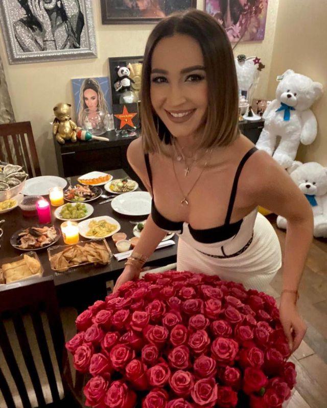 Ольга Бузова обрадовалась поводу надеть мини-платье и каблуки