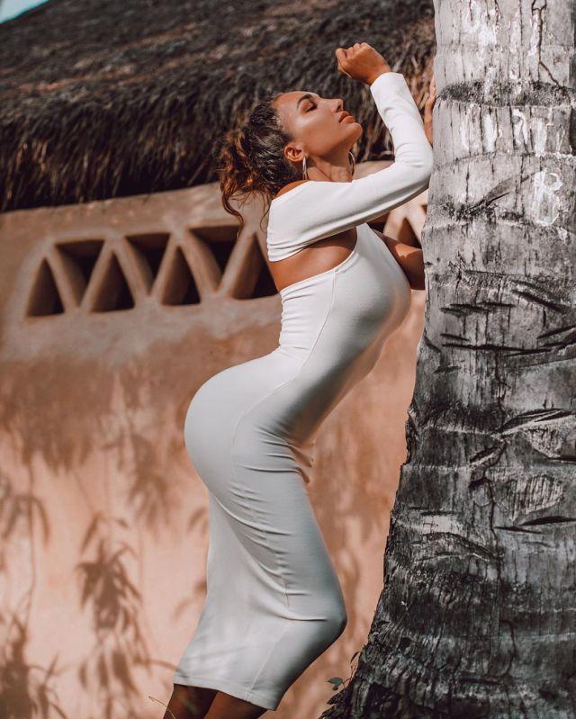 Анюта Рай в белом платье