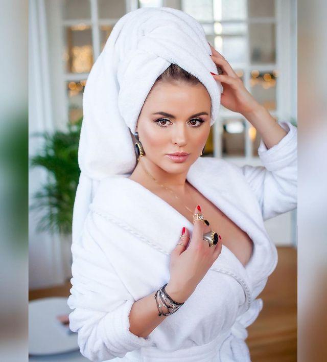 Анна Семенович в халате