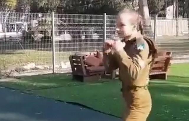 Девушка дерется