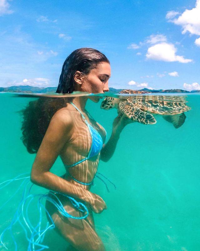 Анюта Рай в нежной фотосессии с черепахой