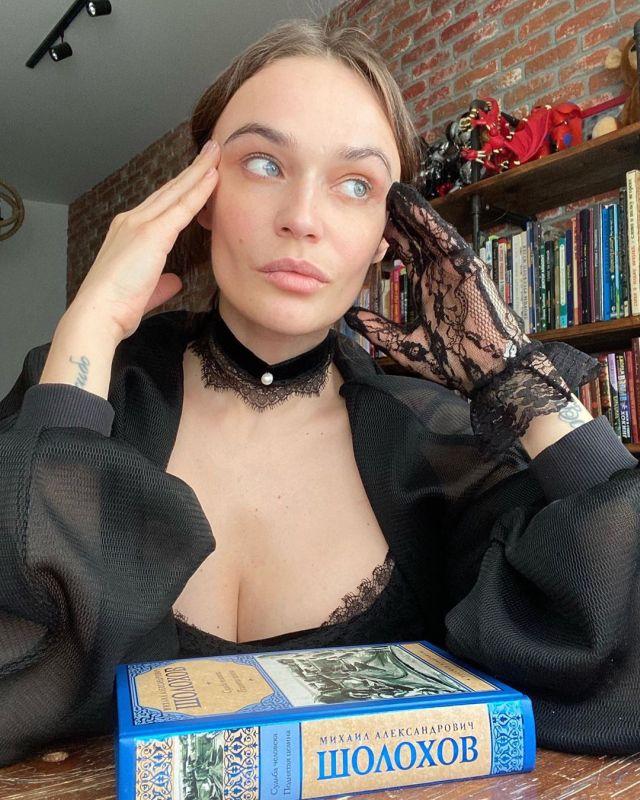Алена Водонаева на фоне ее личной библиотеки