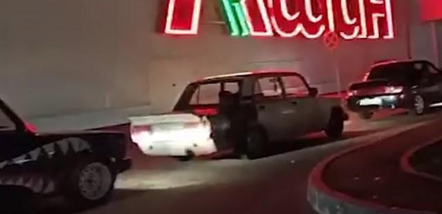 Машины на парковке около ТРК