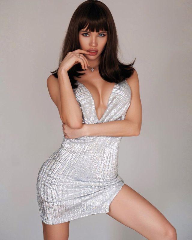 Оля Абрамович в платье