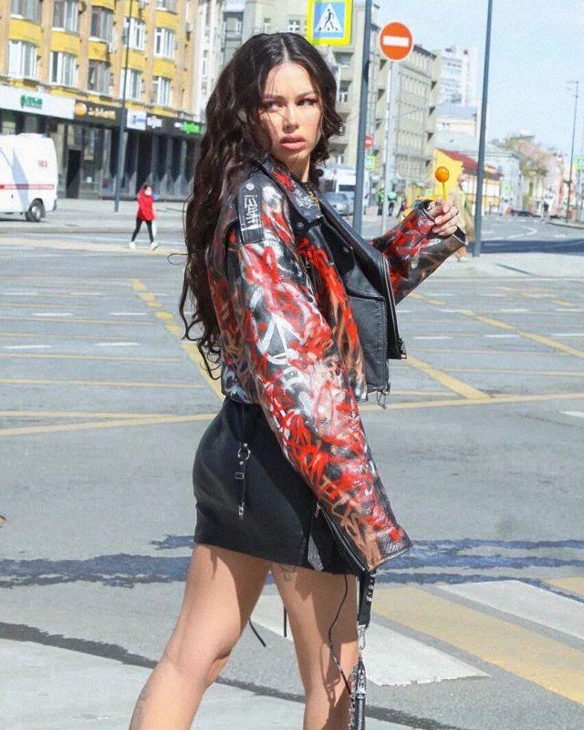Диана Мелисон гуляет по городу с Chupa Chups,