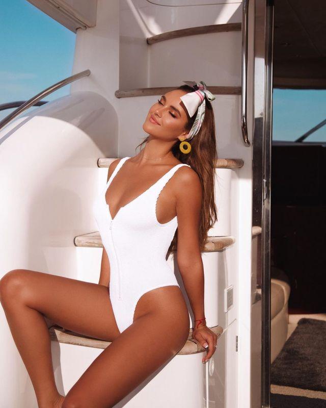 Кристина Крайт в белоснежном купальнике на яхте