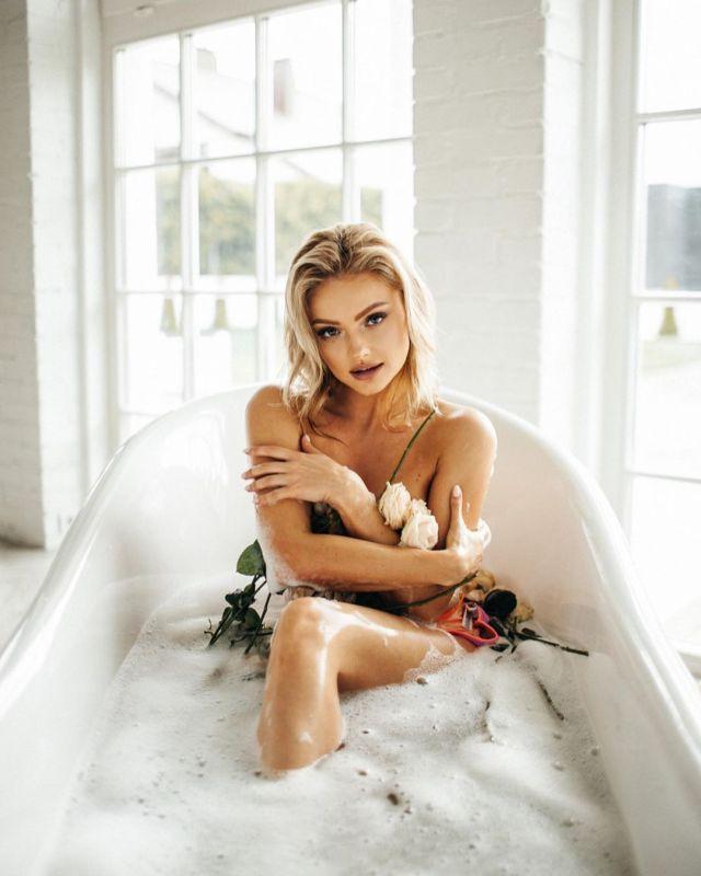 Екатерина Коба в сексуальной фотосессии в ванной