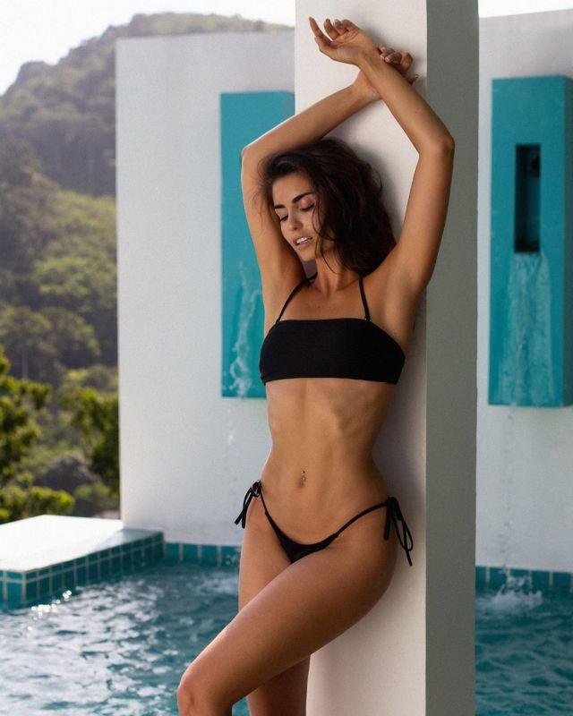 Ирина Дрейт в черном купальнике