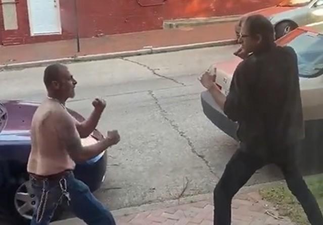 Американские мужчины дерутся на улице